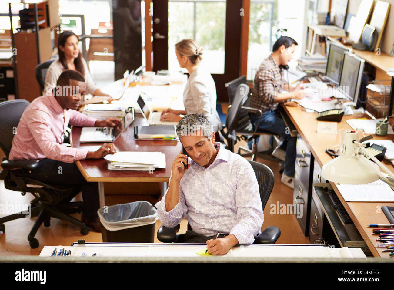 De l'intérieur occupé Bureau d'architecte avec le personnel travaillant Photo Stock