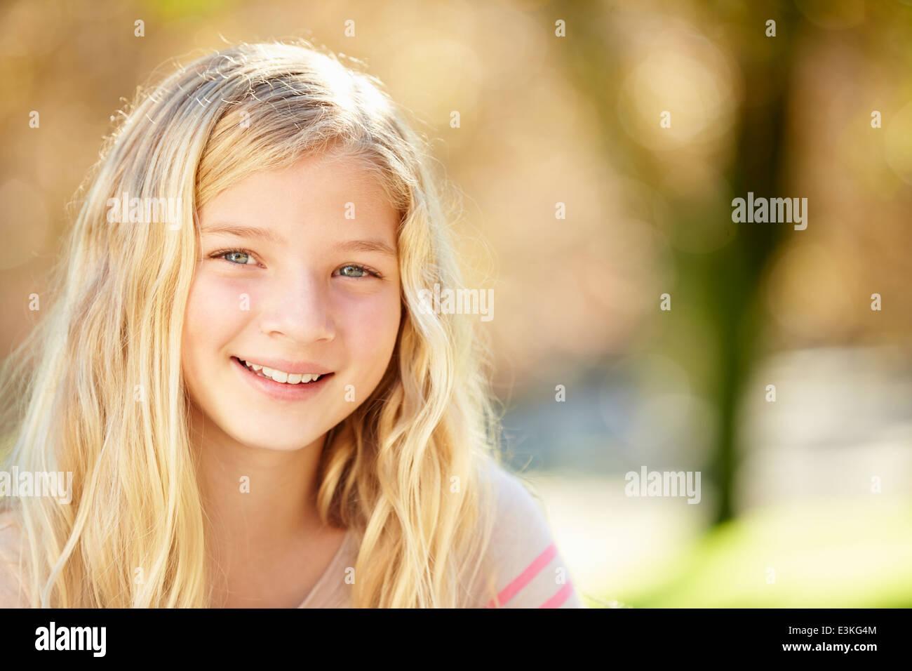Portrait de jolie fille à la campagne Photo Stock