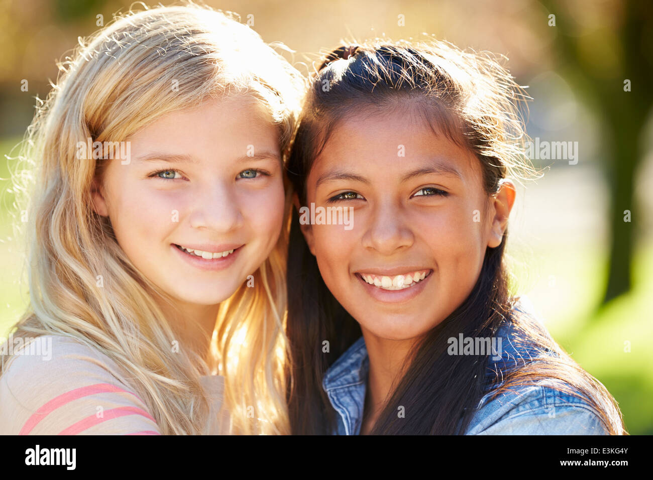 Portrait de deux jolies filles en pleine campagne Photo Stock