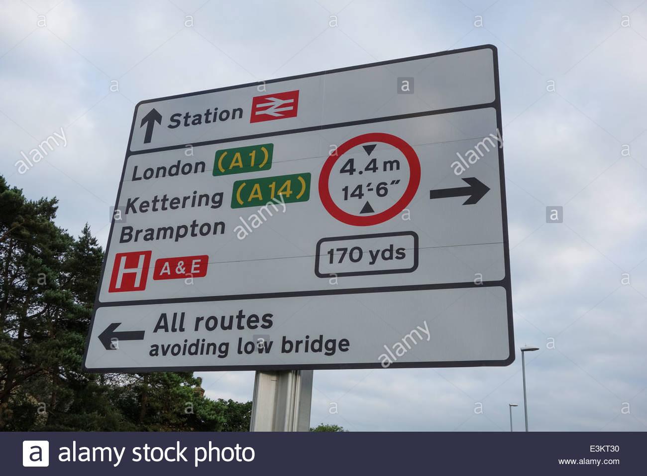Panneau routier proche de la gare à Huntingdon, avec les restrictions de hauteur signé en raison de la Photo Stock