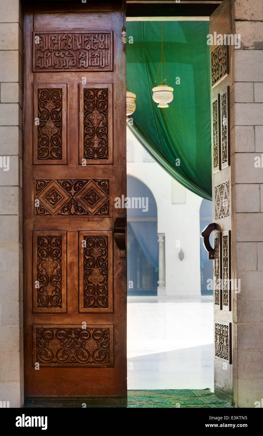 Porte sculptée de l'islam dans la mosquée au centre-ville de la ville du Caire, Egypte Photo Stock