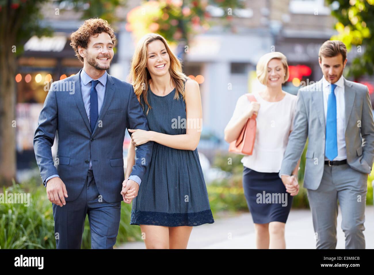 Les jeunes couples d'affaires marche à travers le parc de la ville Ensemble Photo Stock