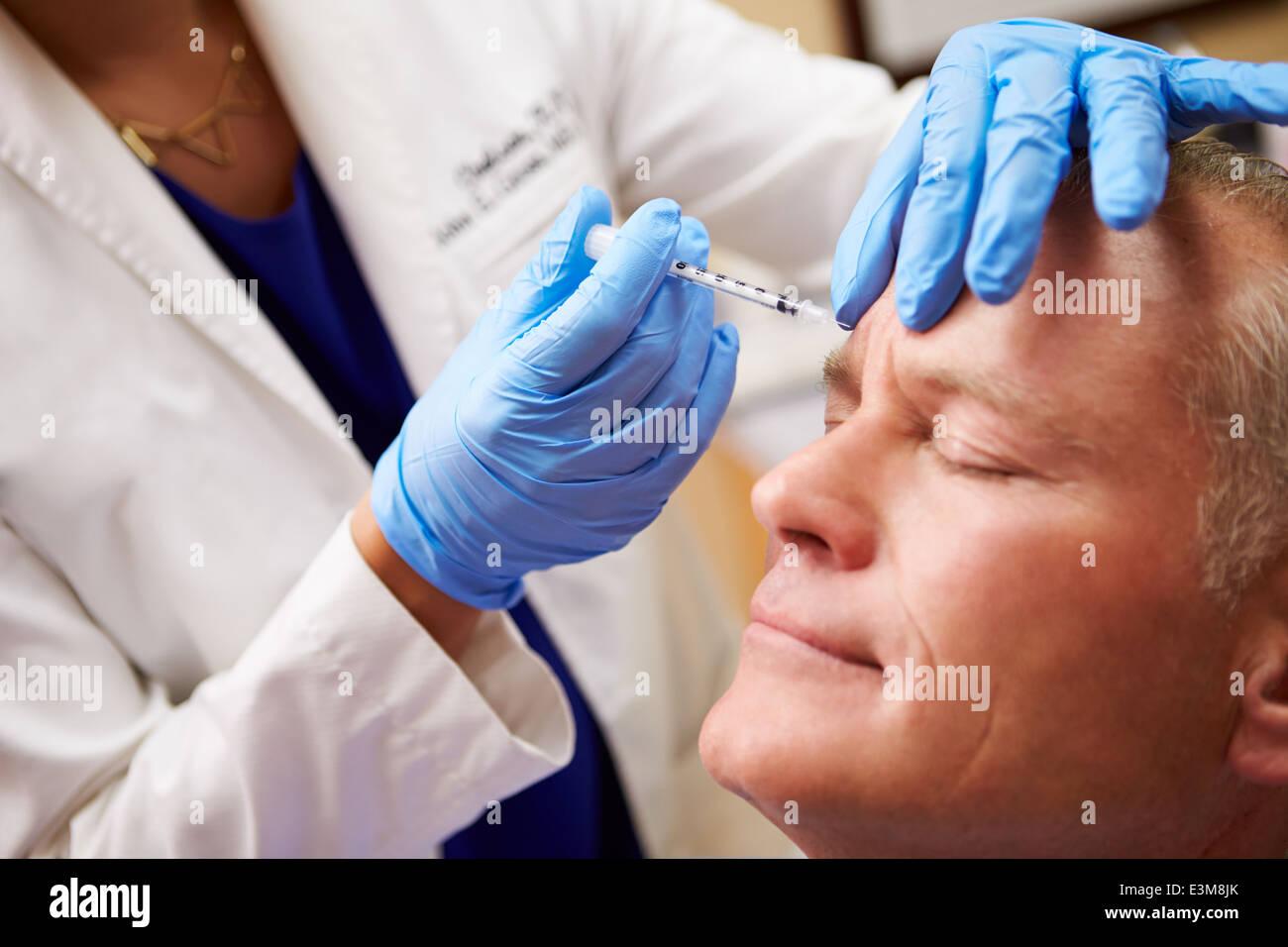 L'homme ayant un traitement au Botox Beauty Clinic Banque D'Images