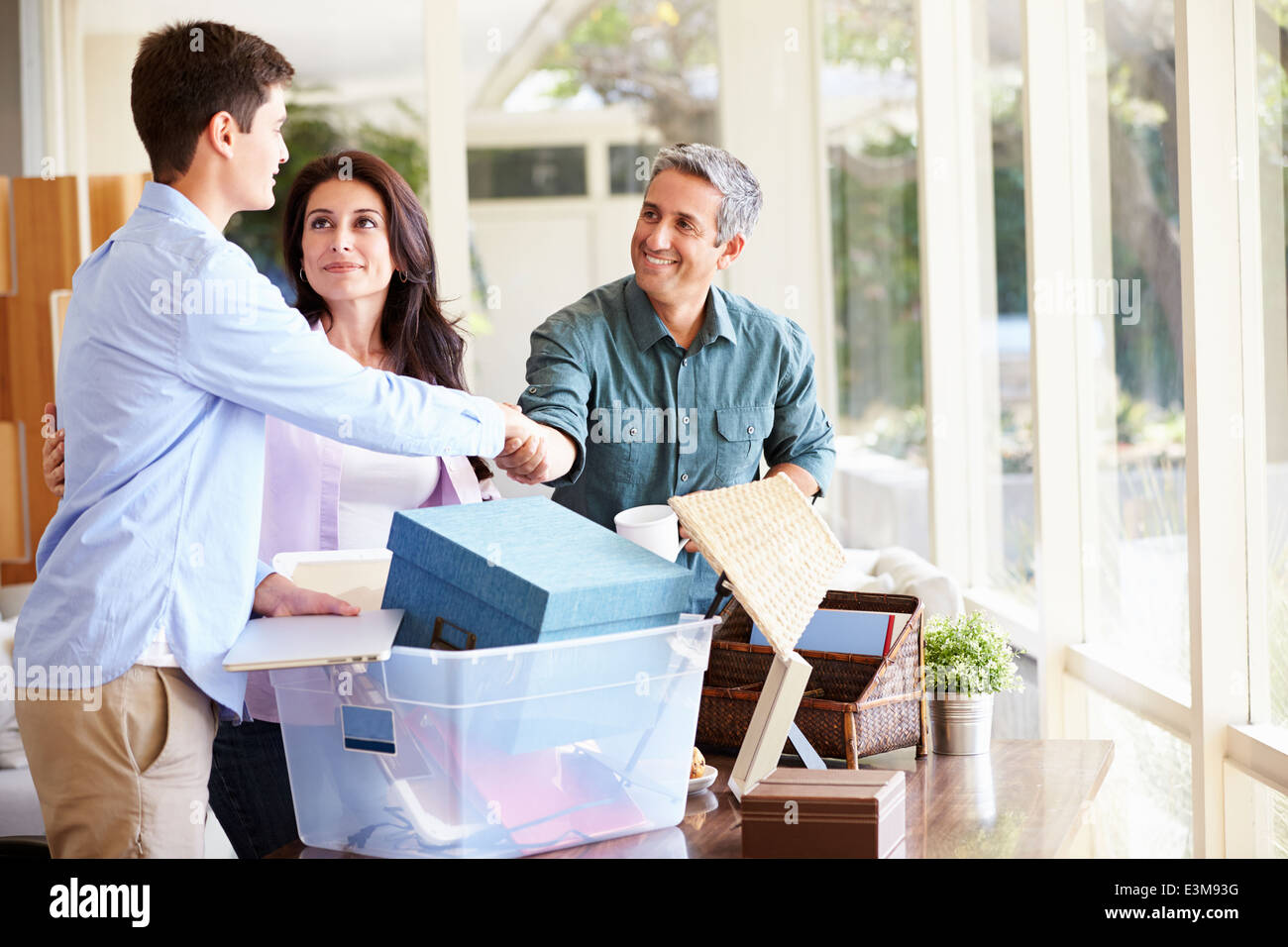Parents Helping Teenage Son Pack pour le Collège Photo Stock