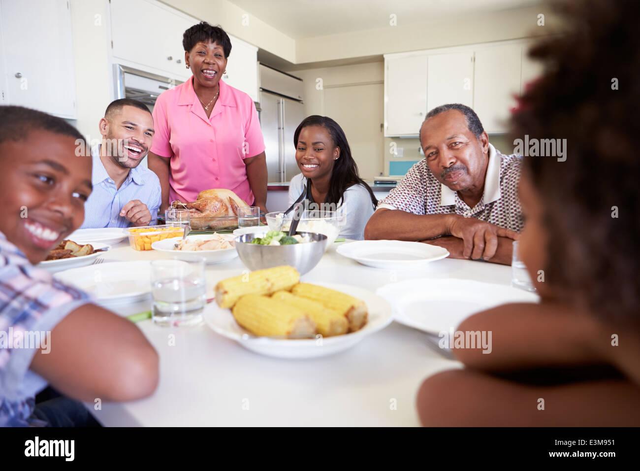 Portrait assis autour de Table Eating Meal Banque D'Images