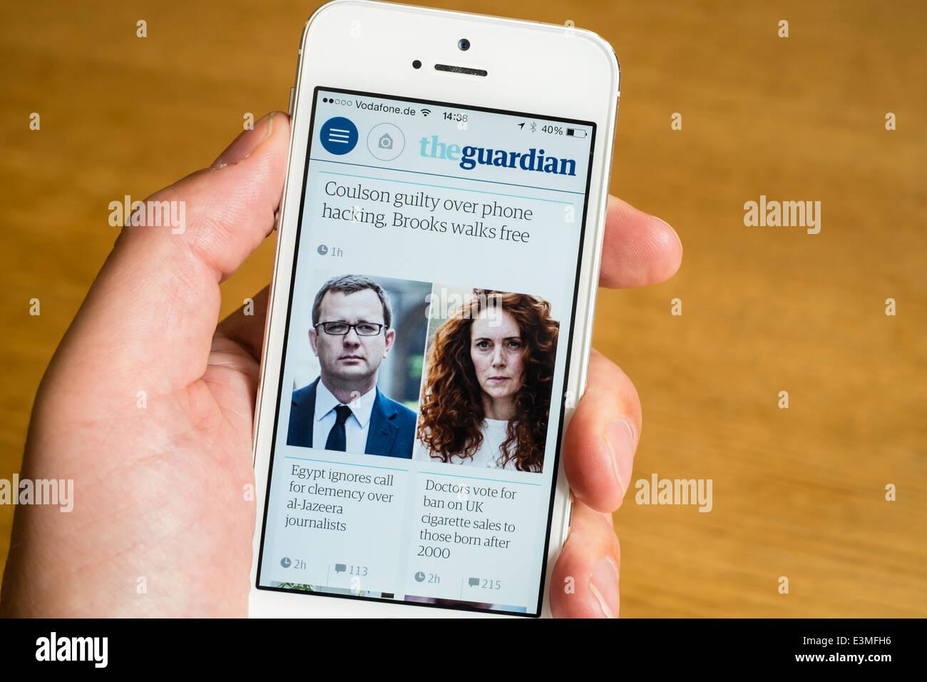 Le journal Guardian mobile app sur iPhone téléphone smart phone hacking verdict procès montrant Photo Stock