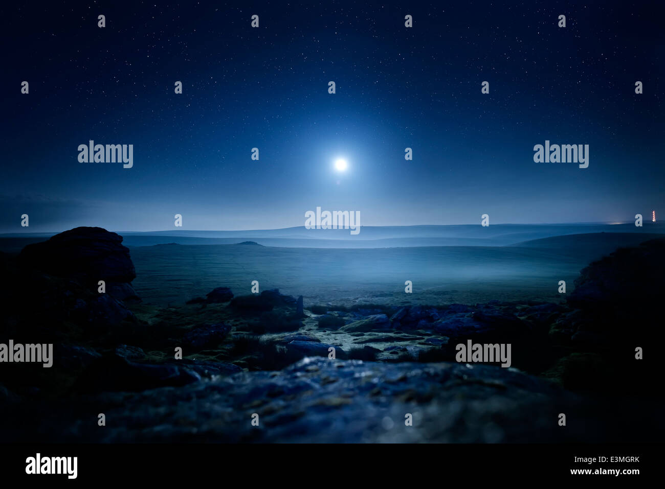 Paysage au clair de lune. Brume rougeoyante de lune sur le Dartmoor, UK. Photo Stock