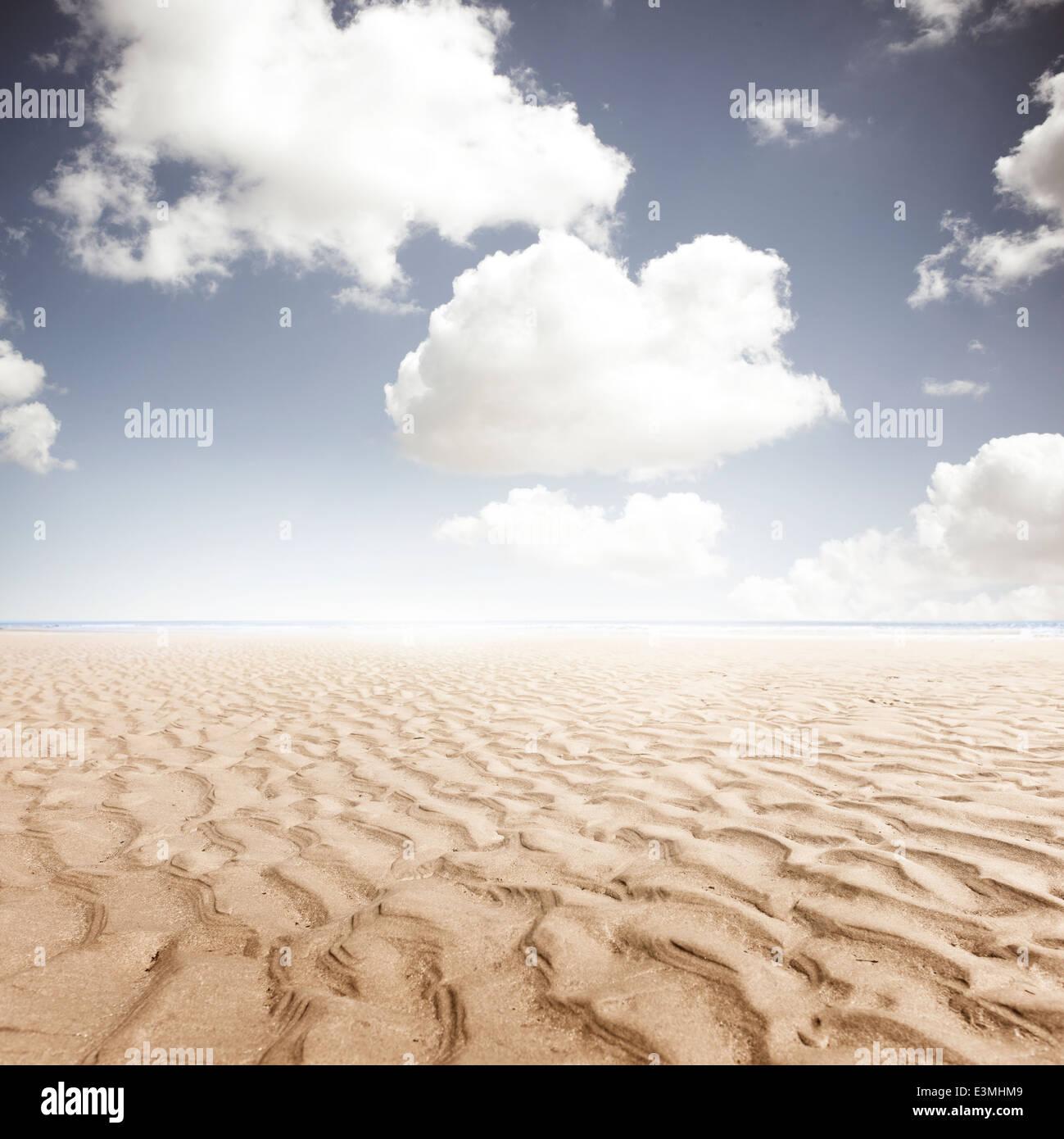Fond de plage avec des ondulations dans le sable. Photo Stock
