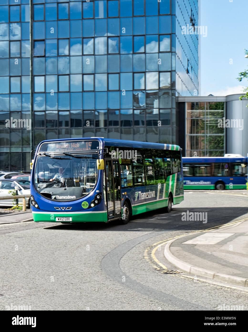 Un bus des transports Thamesdown réunissant les usagers dans le centre-ville de Swindon, Wiltshire, Royaume Photo Stock