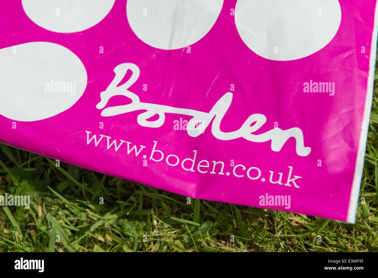 Un sac de livraison pour les vêtements détaillant Boden Photo Stock