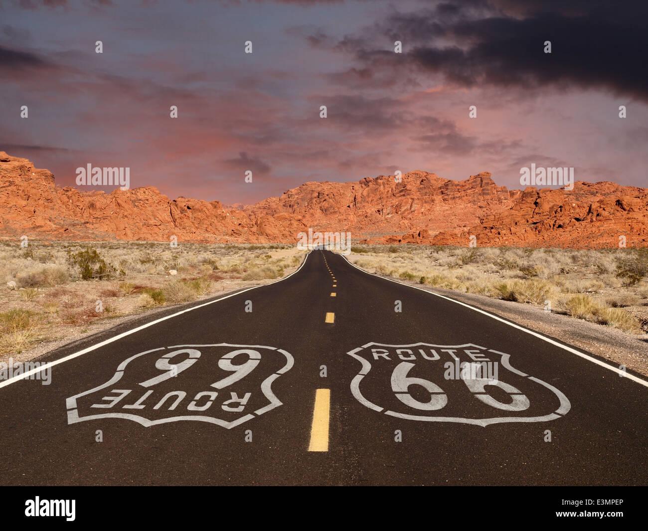 Signe de la chaussée de la route 66 avec désert de Mojave red rock mountain le coucher du soleil. Photo Stock