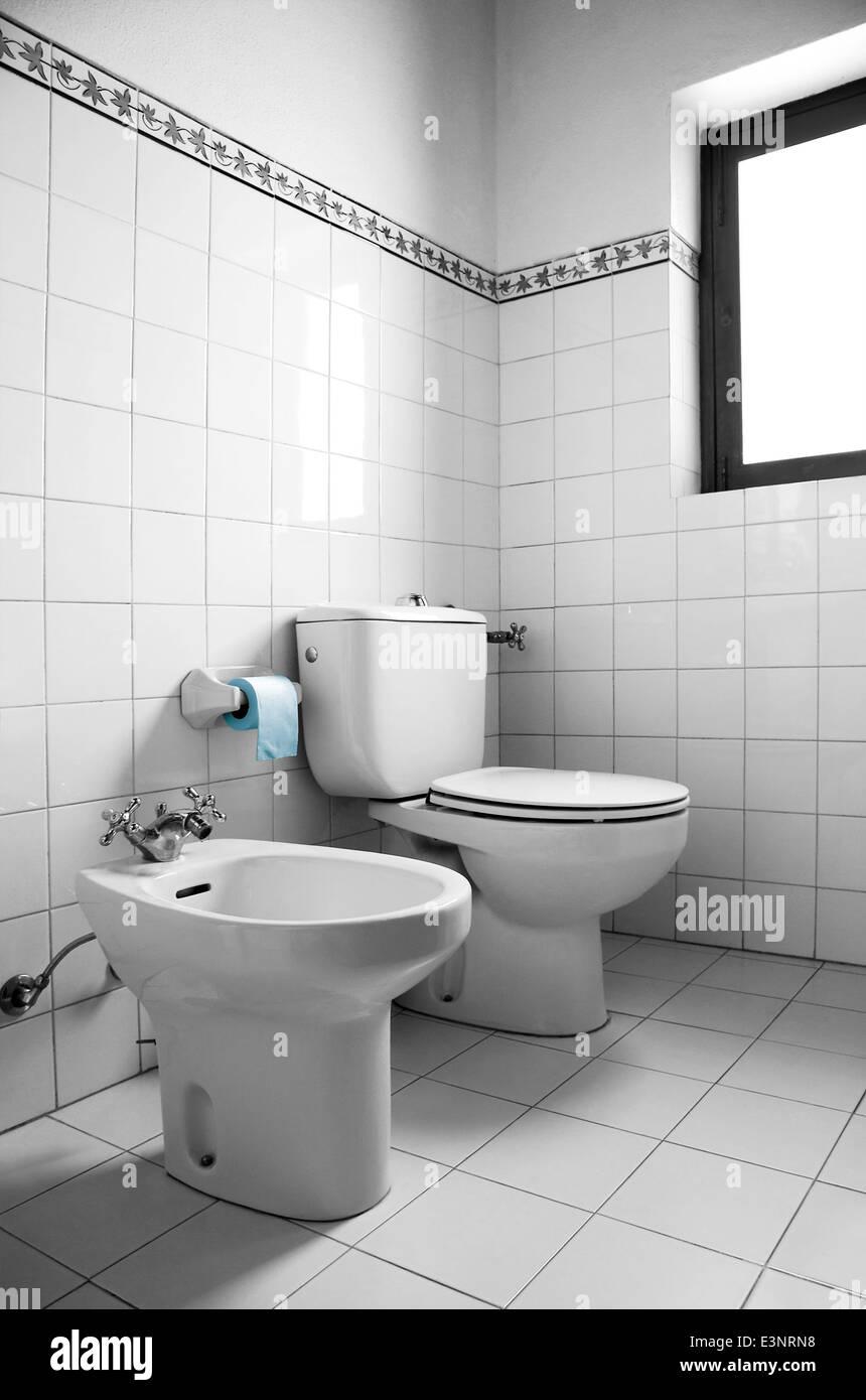 Image en noir et blanc d\'une salle de bain avec toilettes, bidet et ...