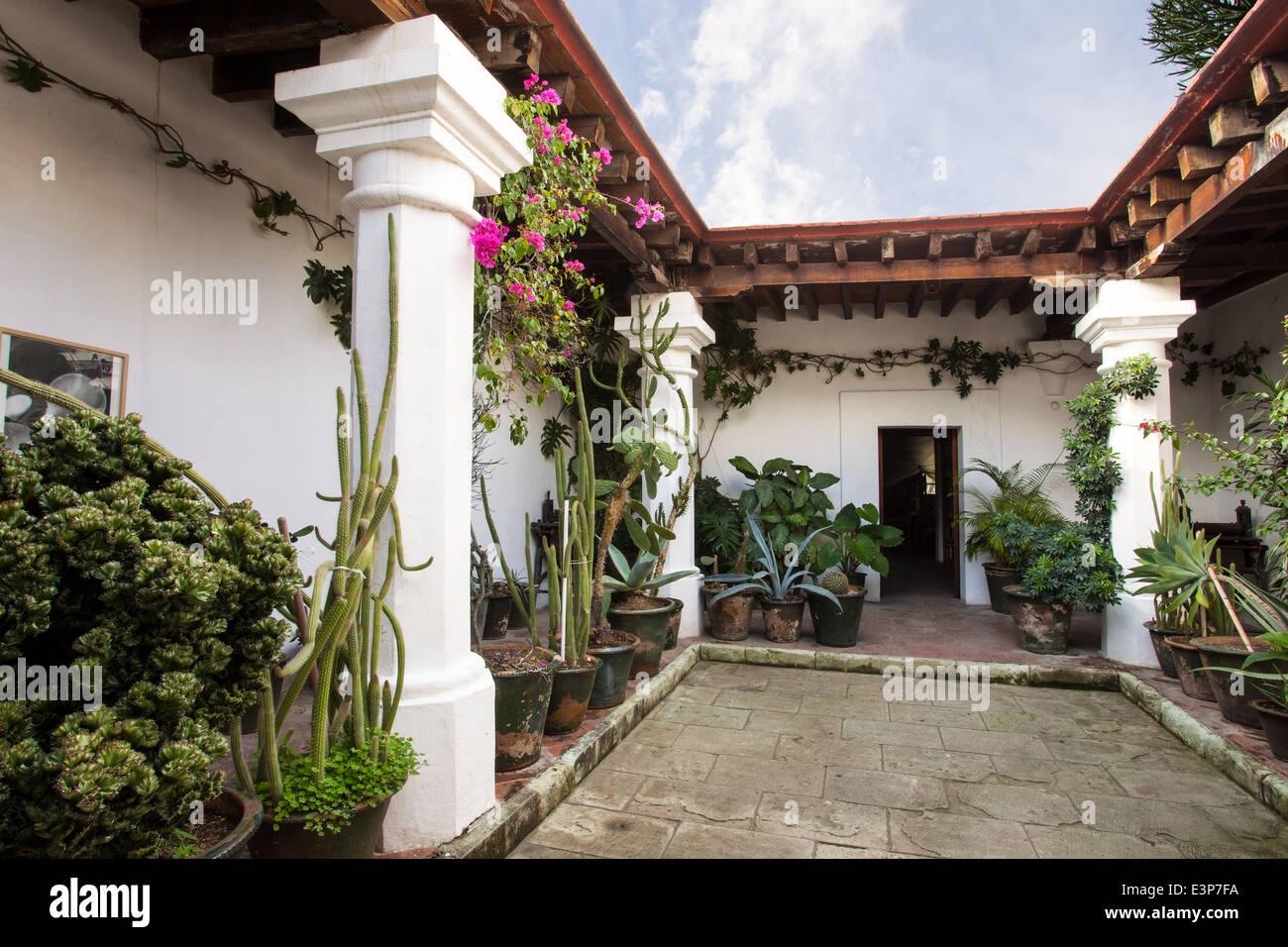 Patio d'une maison du 17ème siècle dans le centre historique d'Oaxaca, au Mexique. Photo Stock
