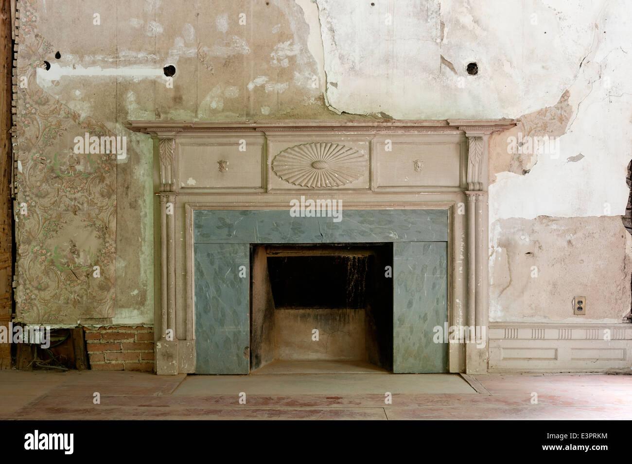 Des Murs En Briques Fissure Peinture Et Papier Peint Autour De Cheminee Ancienne Photo Stock Alamy