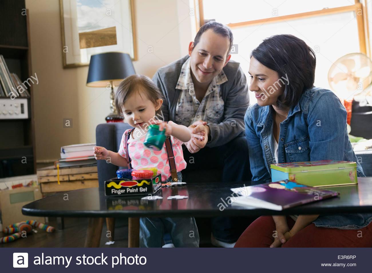 Jeune famille jouer dans la salle de séjour Photo Stock