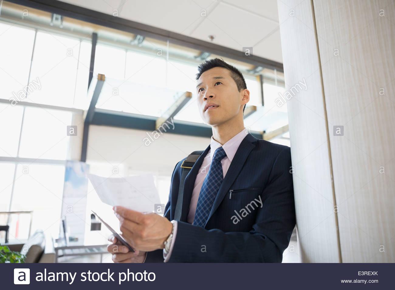 Businessman avec ticket en attente dans l'aéroport Photo Stock