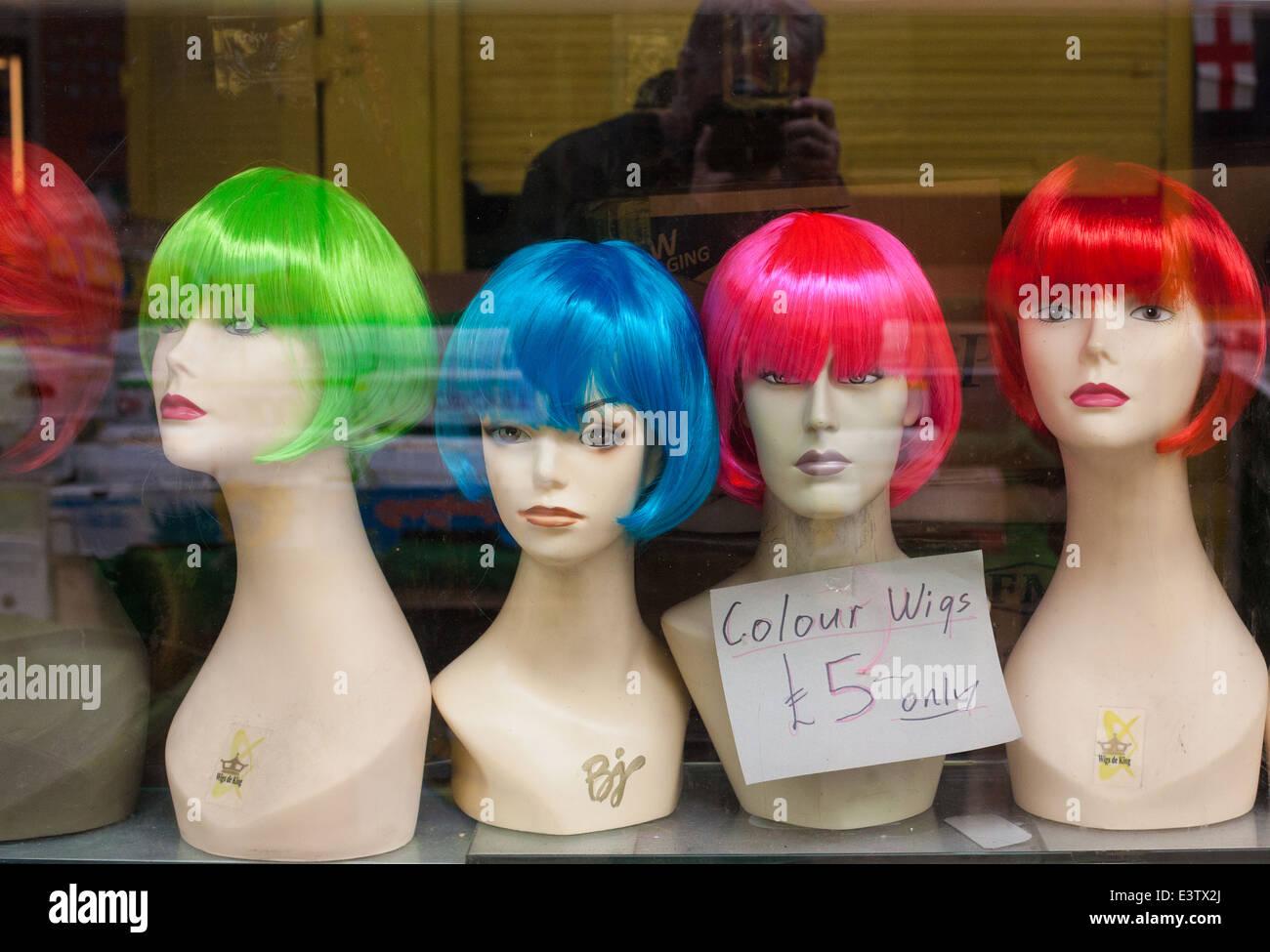 Perruques colorées sur mannequin en vitrine. Photo Stock