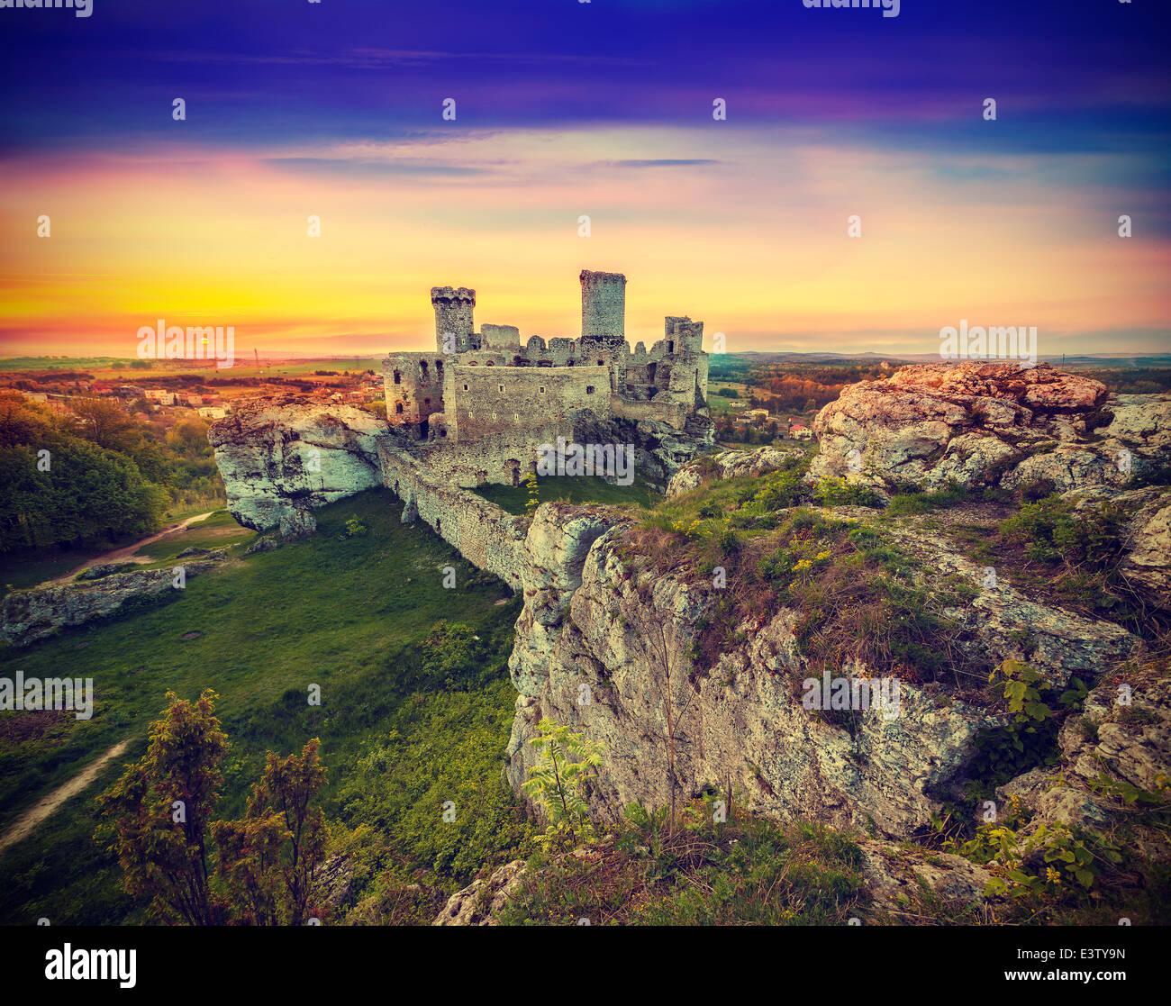 Magnifique coucher de soleil sur les ruines, Pologne, vintage style rétro. Banque D'Images