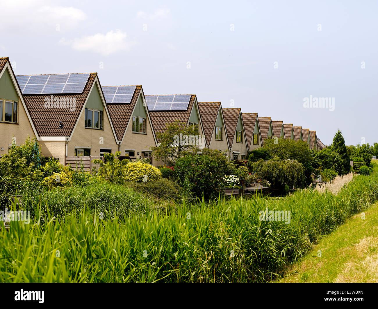 La génération de l'énergie solaire en plaçant des panneaux solaires sur les maisons, Pays Photo Stock