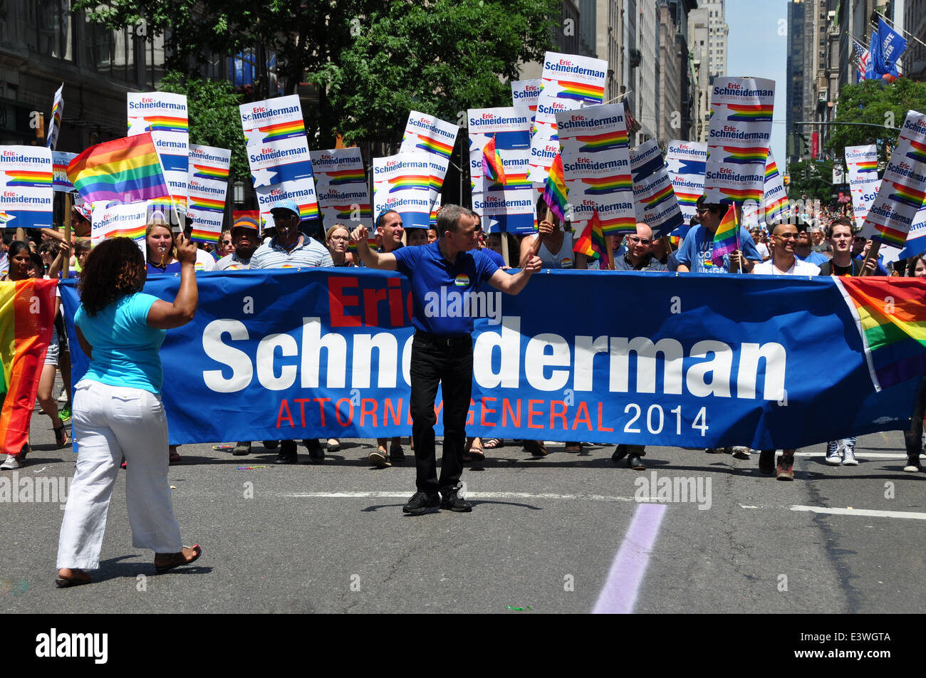 New York: New York State Attorney General Eric Schneiderman marcher avec ce groupe à la Gay Pride Parade 2014 Banque D'Images