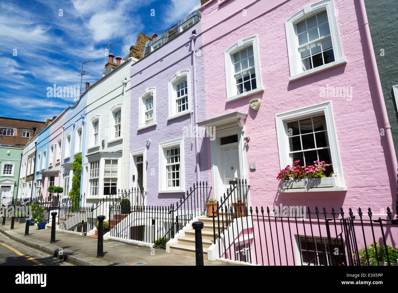Ligne colorée de maisons de ville mitoyennes sur Street Bywater, Chelsea, Londres, Angleterre, Royaume-Uni Photo Stock