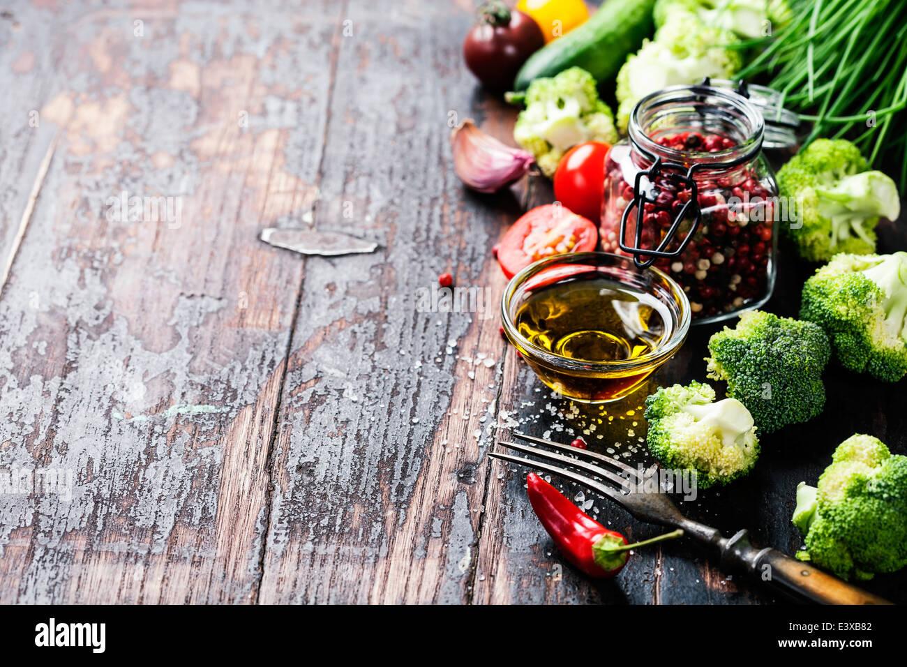 Le brocoli vert frais et sain des légumes biologiques sur un fond de bois. Photo Stock