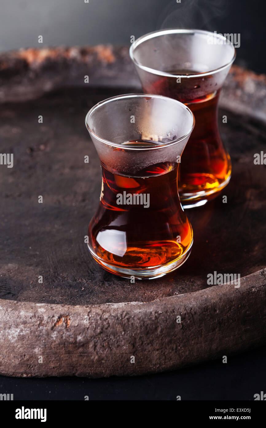 Le thé chaud dans la tasse de thé turc sur fond sombre Photo Stock