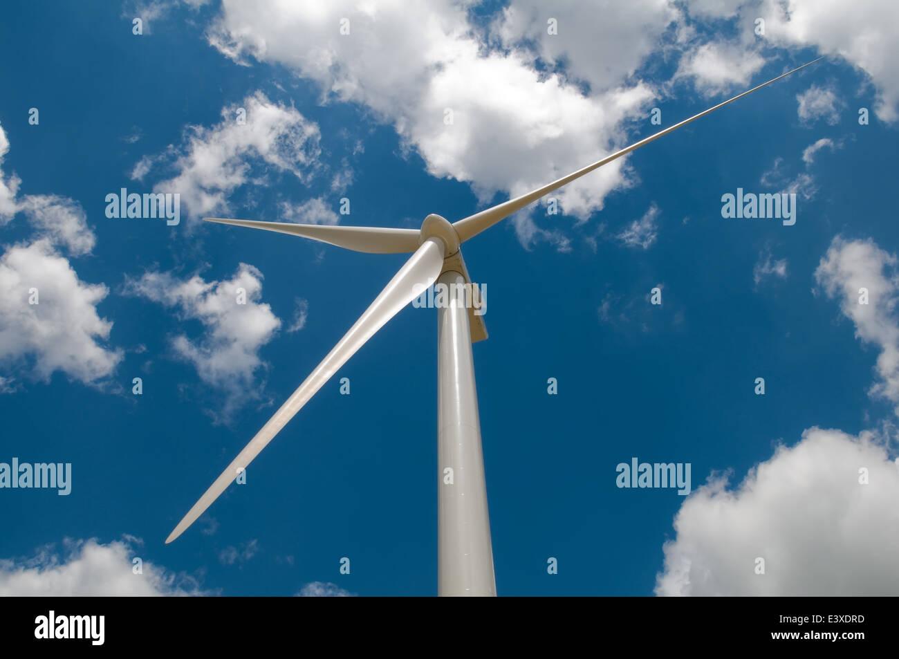 Les aubes de turbine de vent sur fond de ciel bleu nuageux Photo Stock