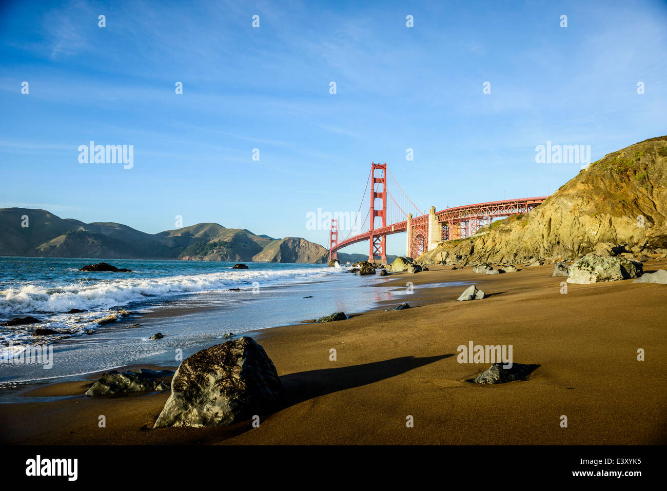 Vue sur le Golden Gate Bridge à partir de la plage, San Francisco, California, United States Photo Stock