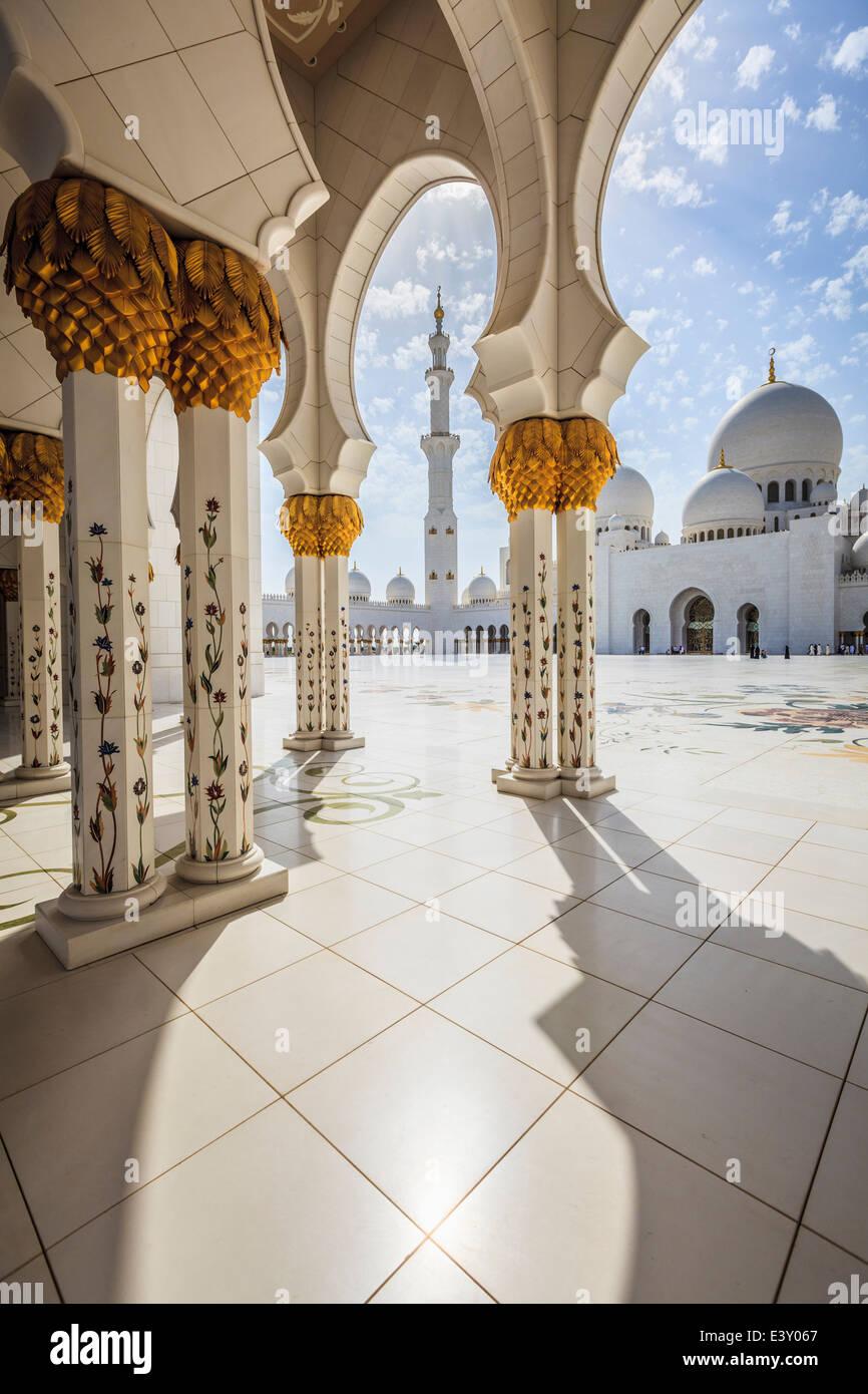 Les colonnes ornées de la Grande Mosquée Sheikh Zayed, Abu Dhabi, Émirats Arabes Unis Photo Stock