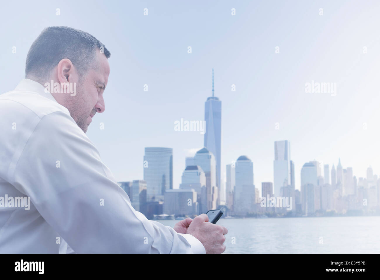 Malheureux homme mûr au bord de Jersey City, New Jersey, USA Photo Stock