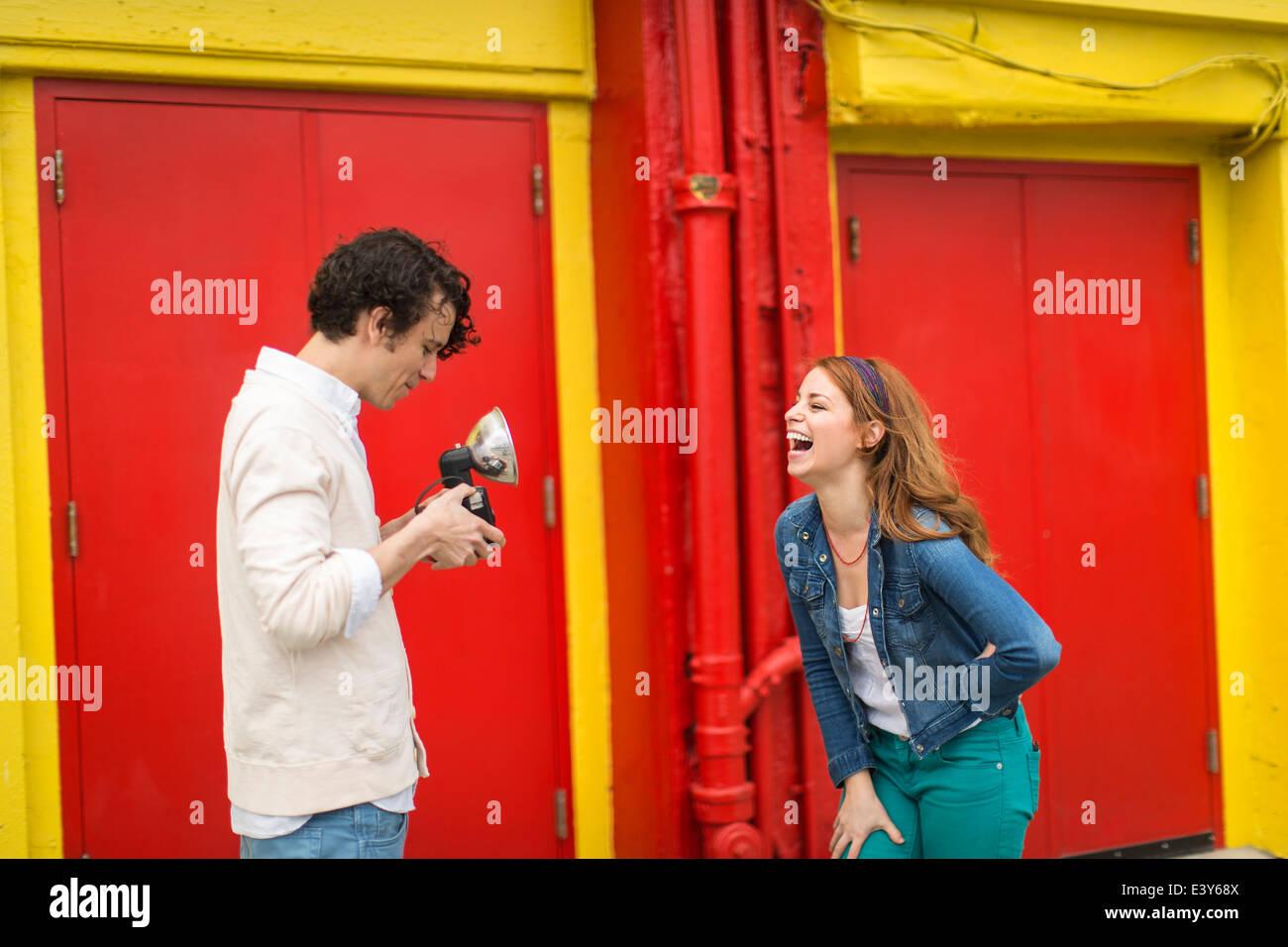 Couple having a laugh en prenant en photographie Banque D'Images