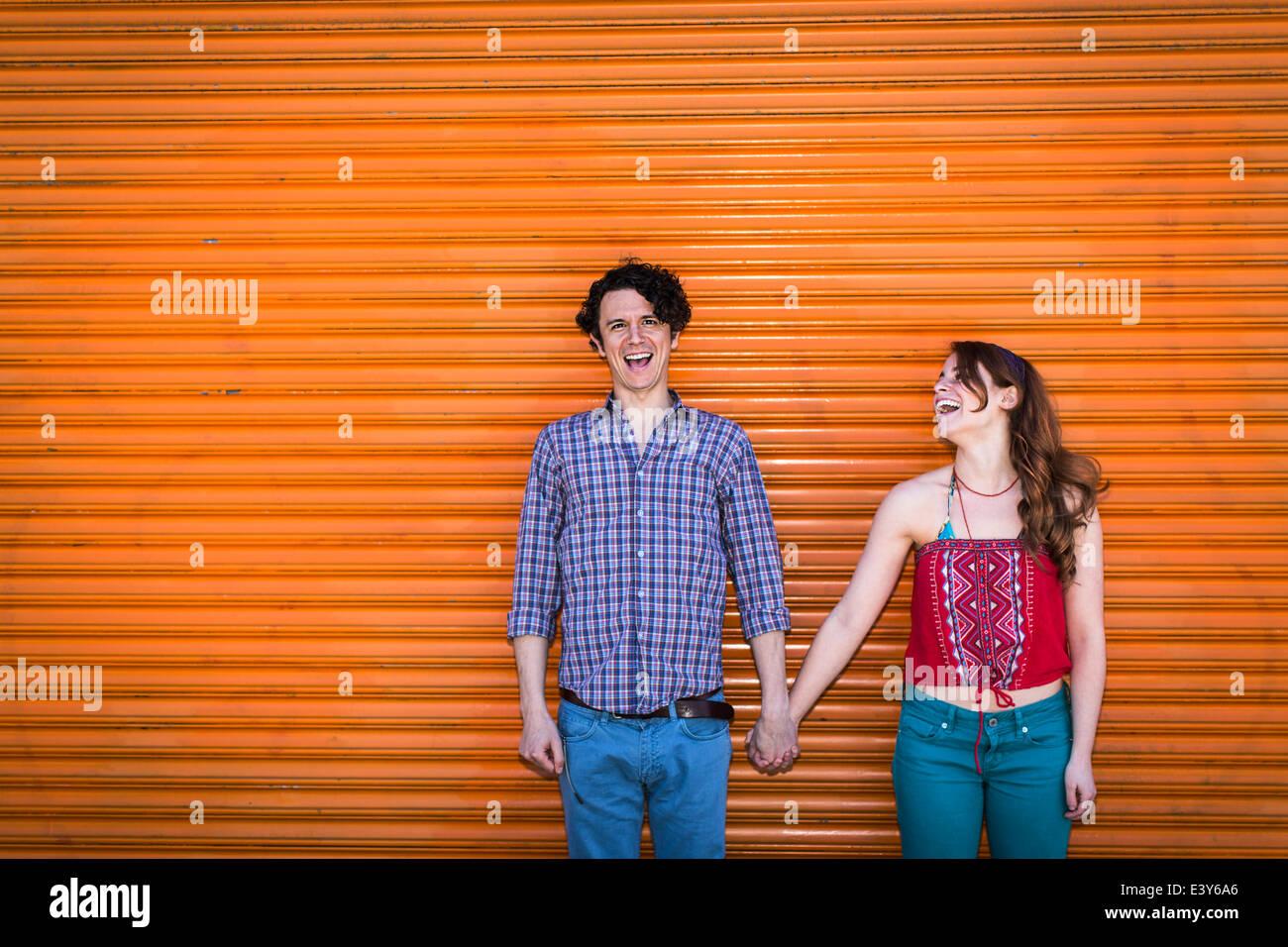 Portrait de couple à l'avant de l'obturateur d'orange Photo Stock