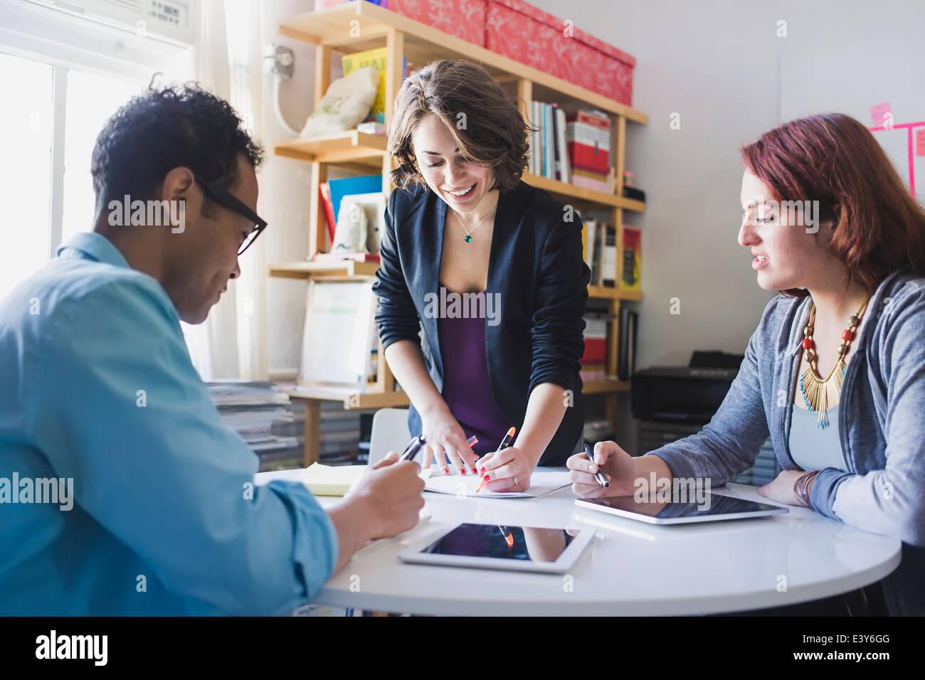 Jeune femme conduisant petite réunion Photo Stock