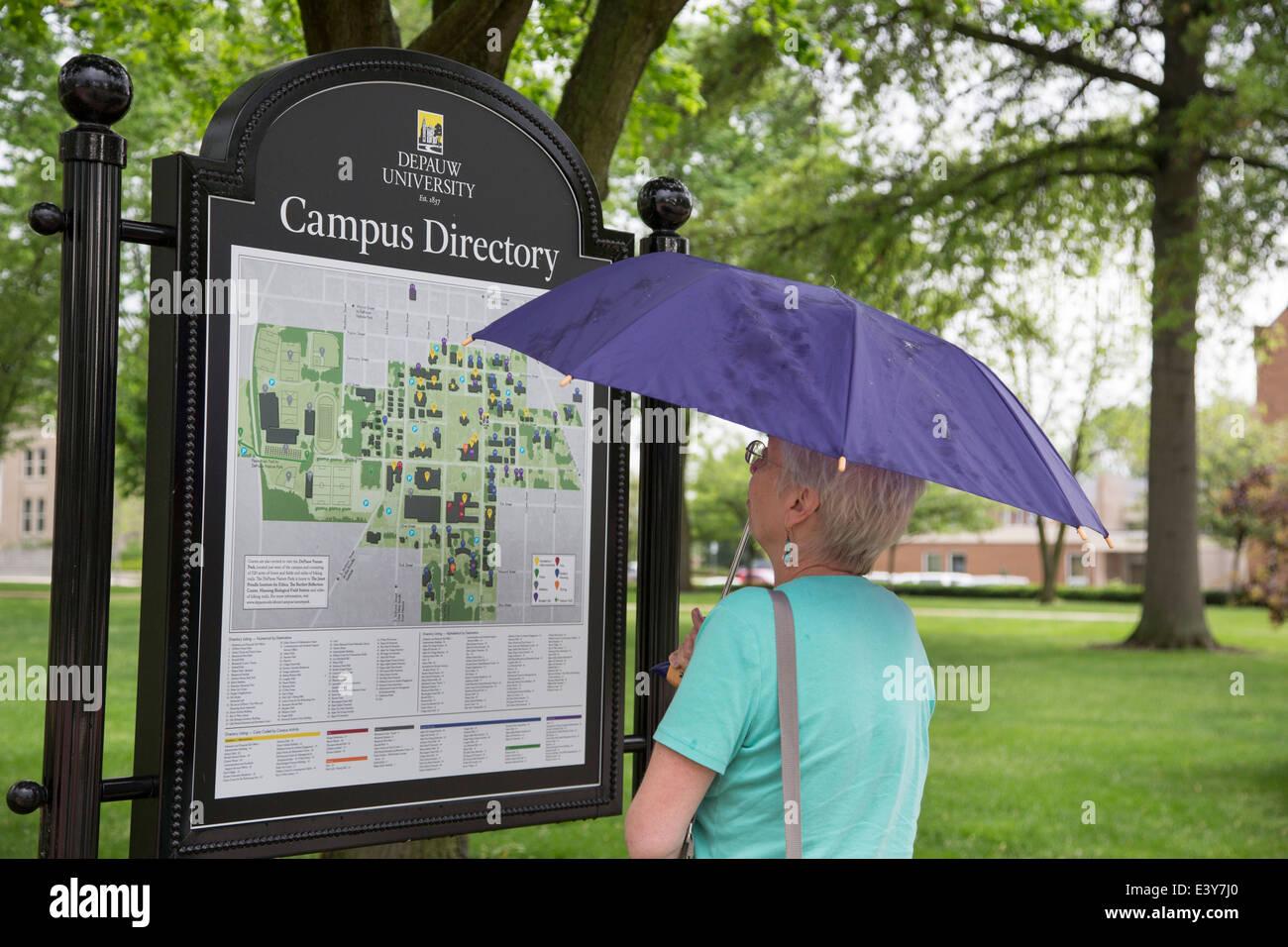 Greencastle, Indiana - une femme campus annuaire des études à l'Université Depauw. Photo Stock