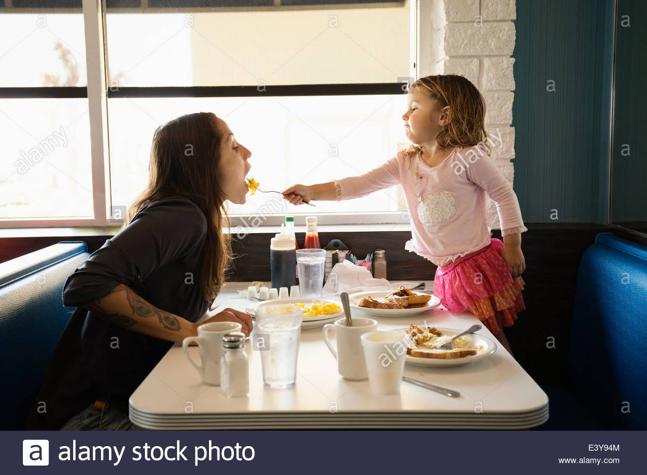 Tout-petit fille allaite in diner Photo Stock