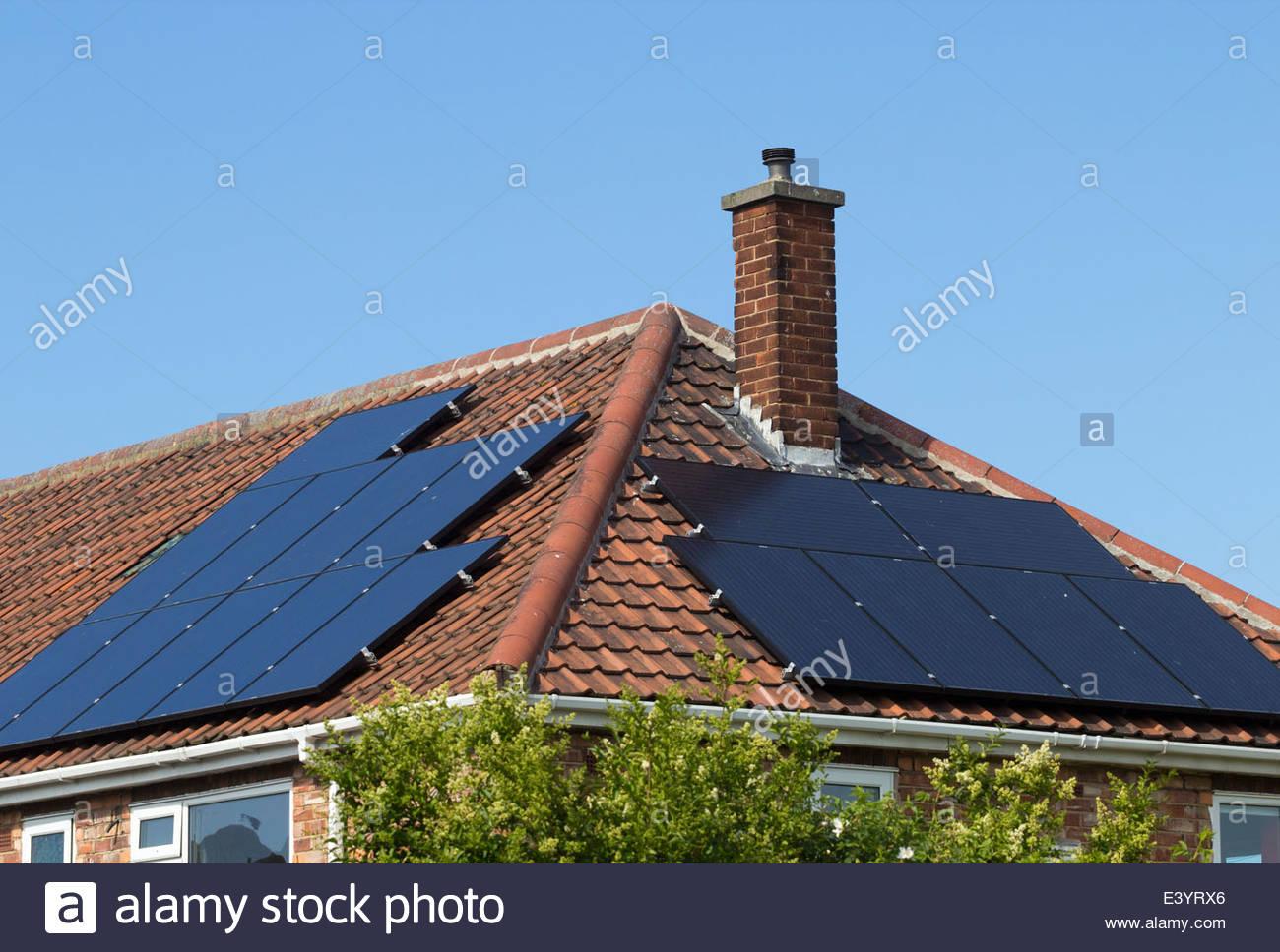 Des panneaux solaires sur toit de maison. UK Photo Stock