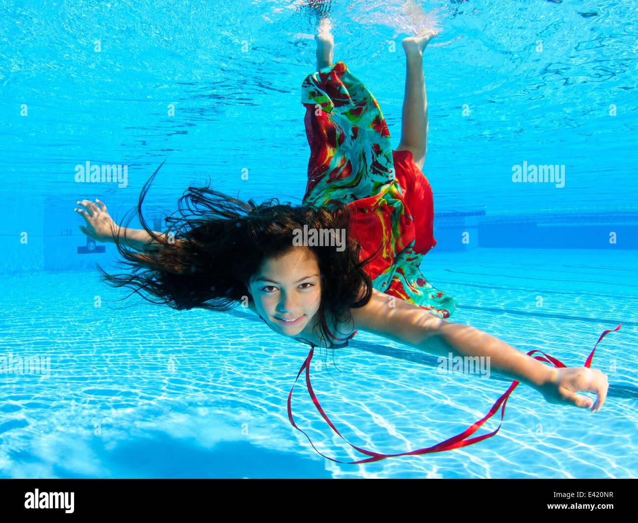 Girl gratuitement sous l'eau plongée en piscine Photo Stock