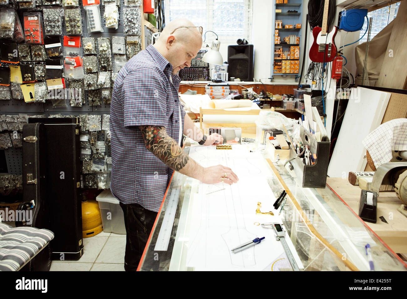 Luthier à la hauteur plan design sur table à dessin Photo Stock