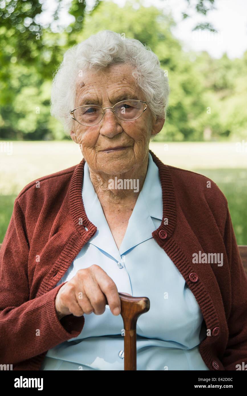 Portrait of senior woman holding, bâton de marche Photo Stock
