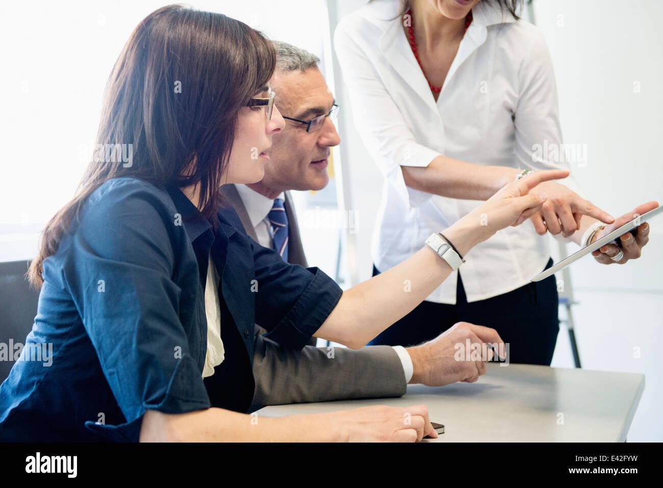 Homme d'affaires et les femmes en discussion Banque D'Images