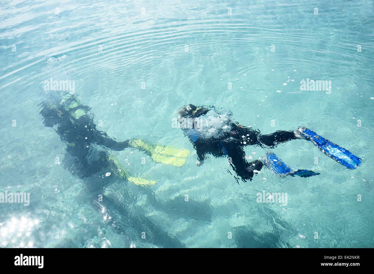 Vue sous-marine de l'enseignant et le garçon la plongée en mer Photo Stock