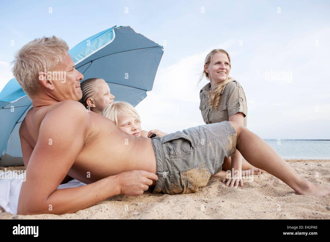 Famille avec deux enfants on beach Photo Stock
