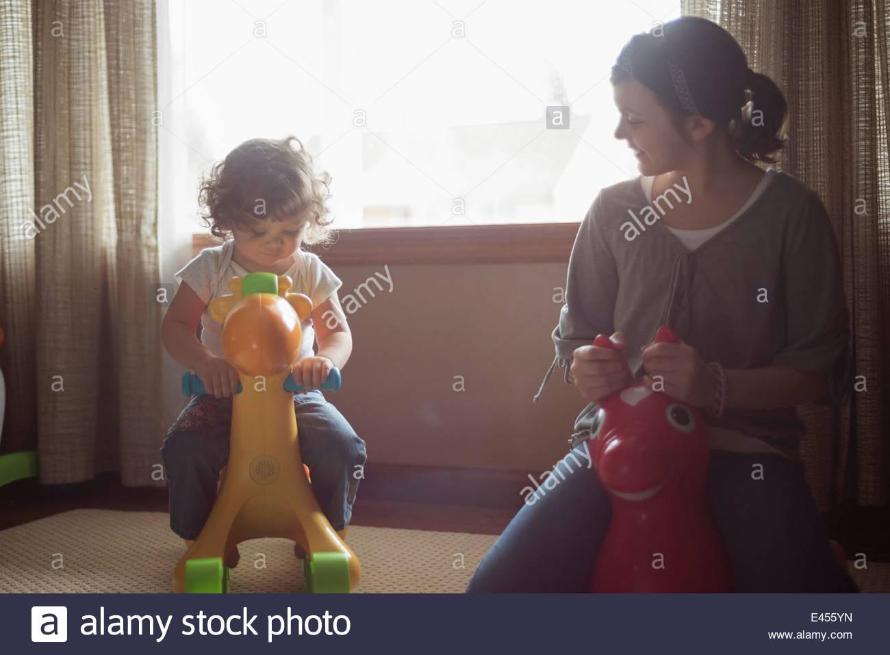 Grande sœur jouant avec jeune sœur Photo Stock