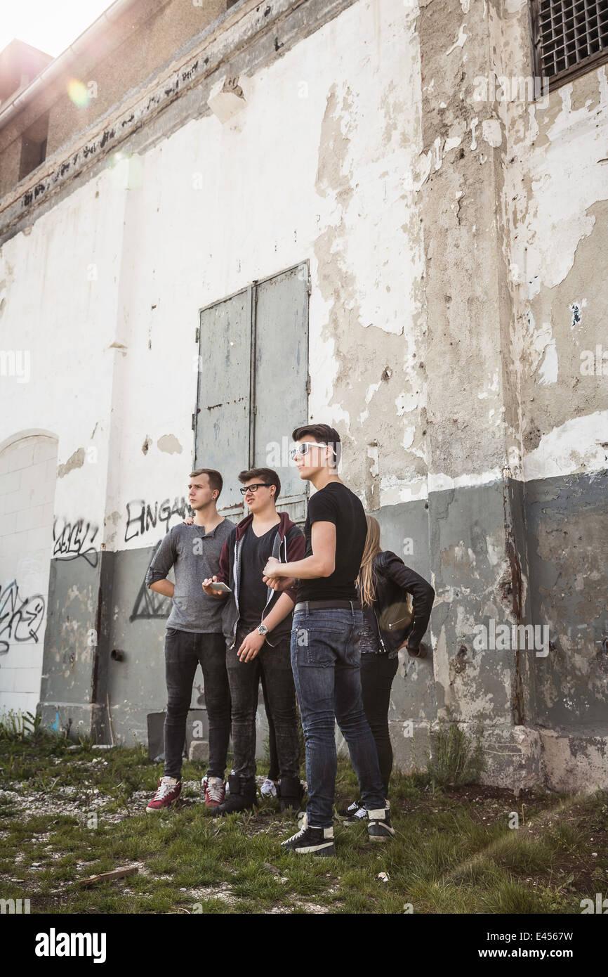 Les adolescents au bâtiment abandonné Photo Stock