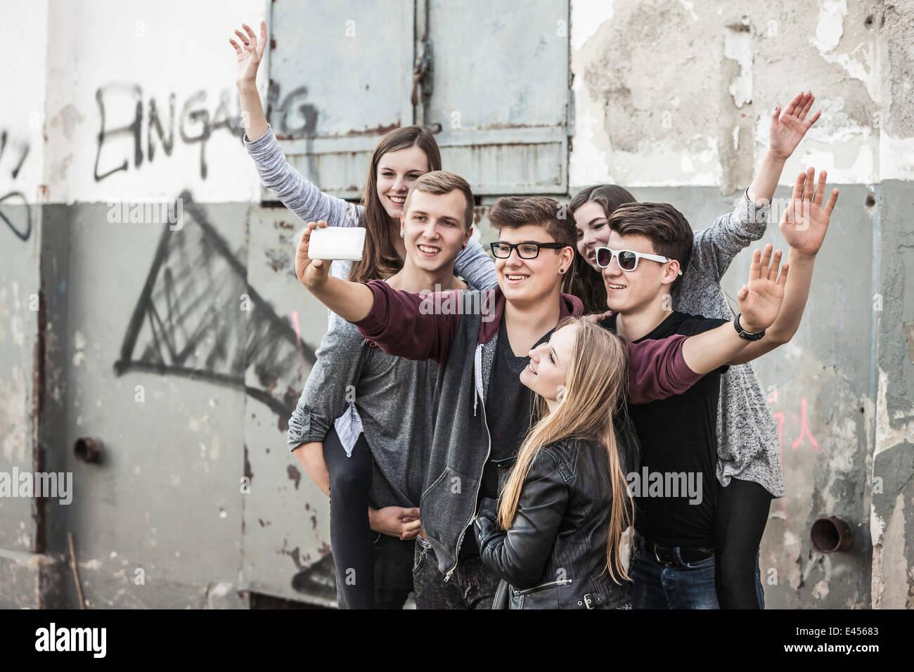 Les adolescents en tenant par selfies bâtiment abandonné Photo Stock