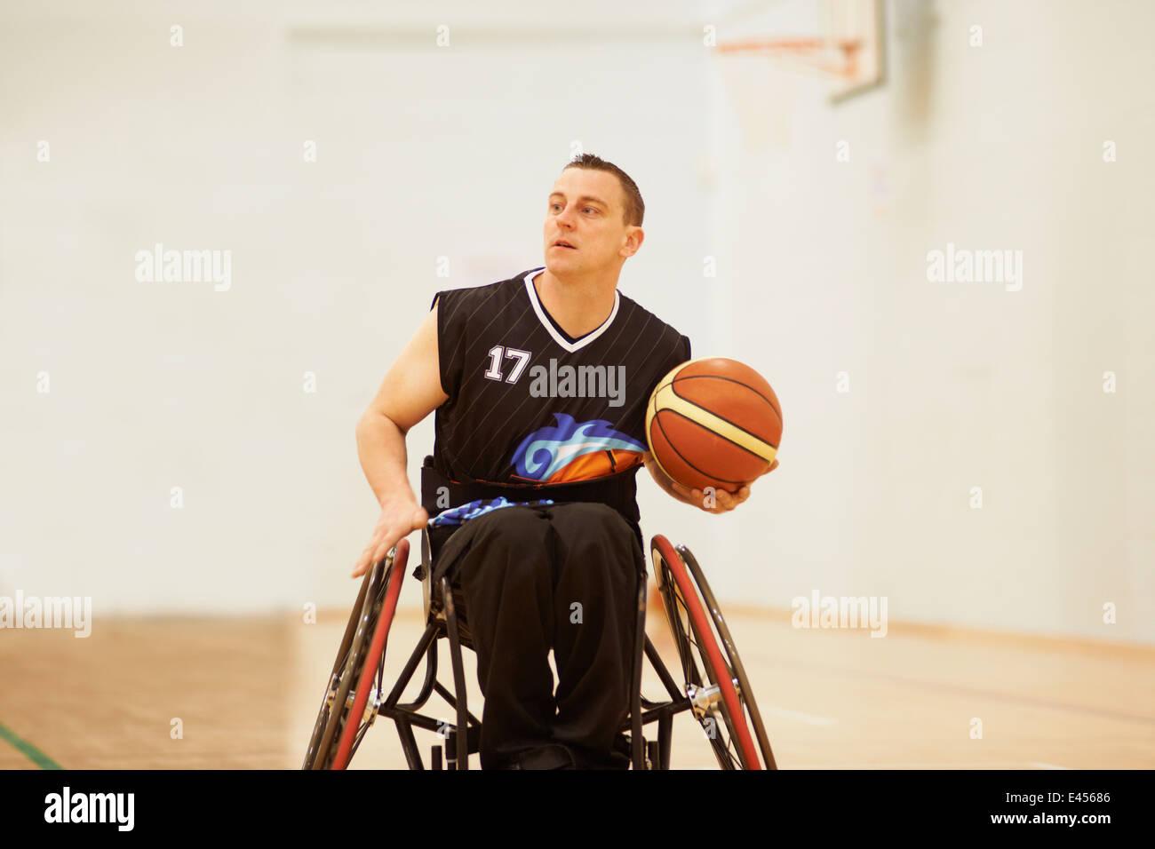 Joueur de basket-ball en fauteuil roulant holding ball Photo Stock