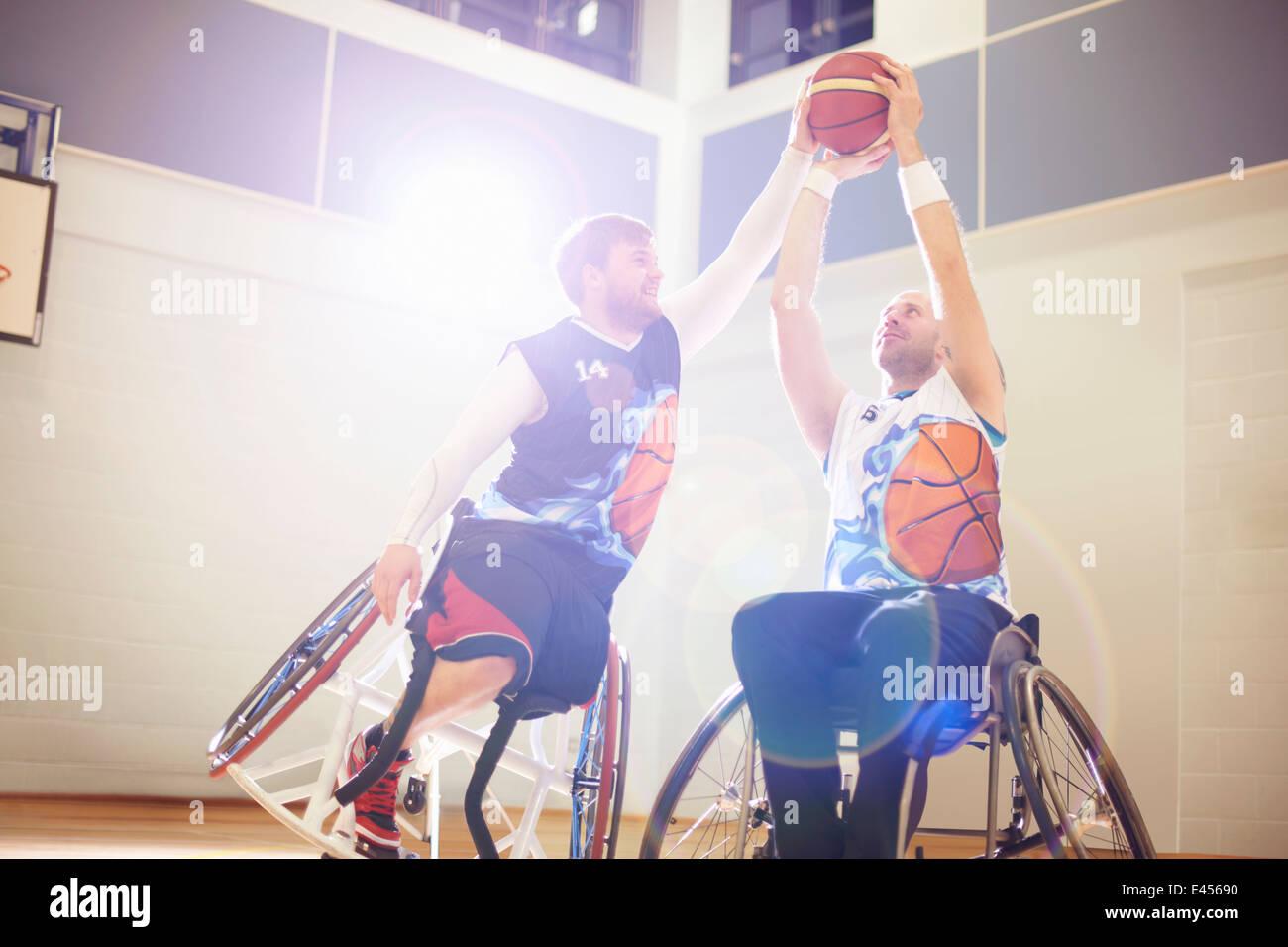 Les joueurs de basket-ball jouant au basket-ball en fauteuil roulant Photo Stock