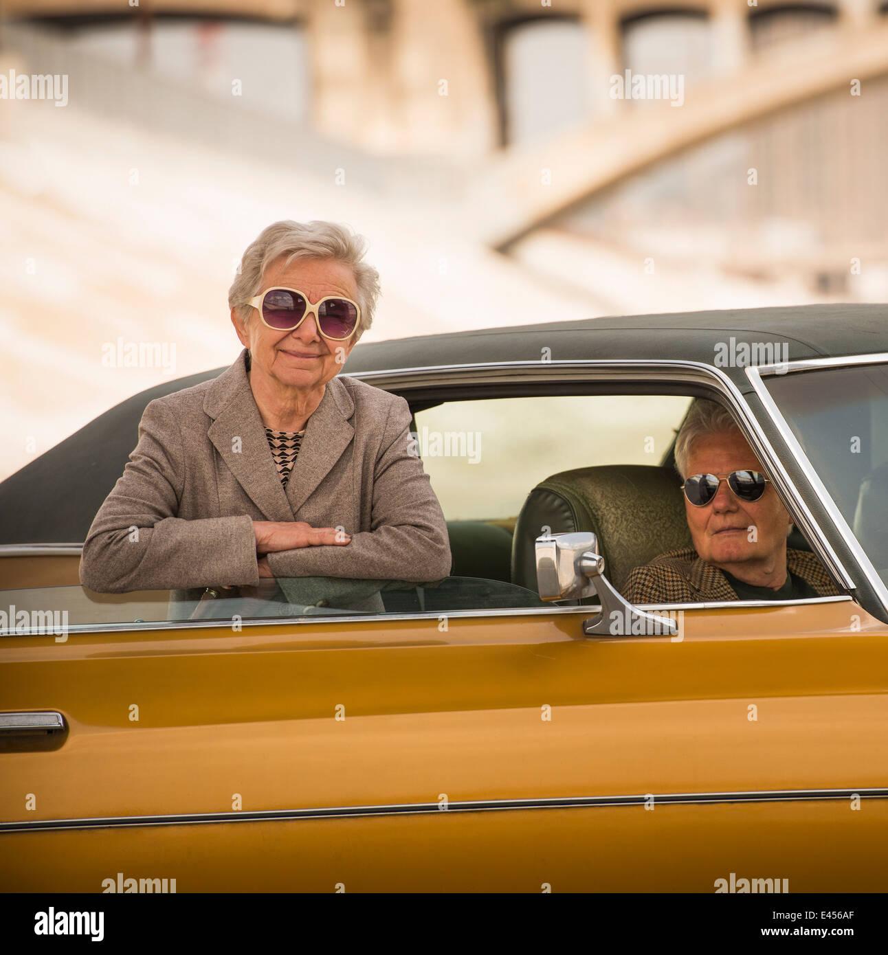 Portrait de senior couple cool avec leur voiture classique Photo Stock