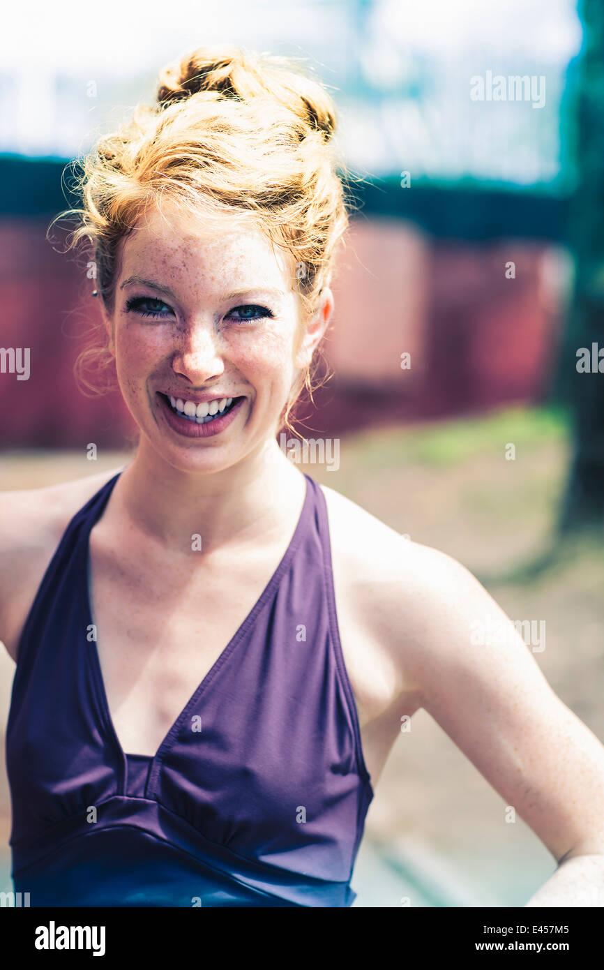 Portrait d'une jeune femme aux cheveux rouges Photo Stock